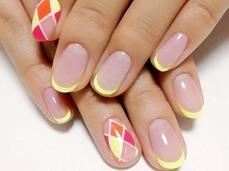 Фото цветного френча на короткие ногти