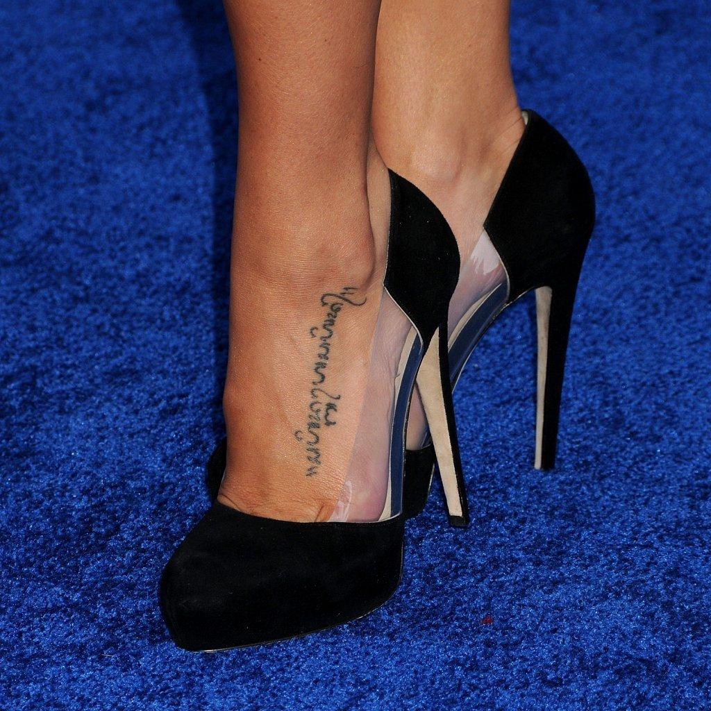 Фото тату надписей на женских ногах
