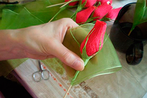 Бутоны розы из гофрированной бумаги своими руками с конфетами 660