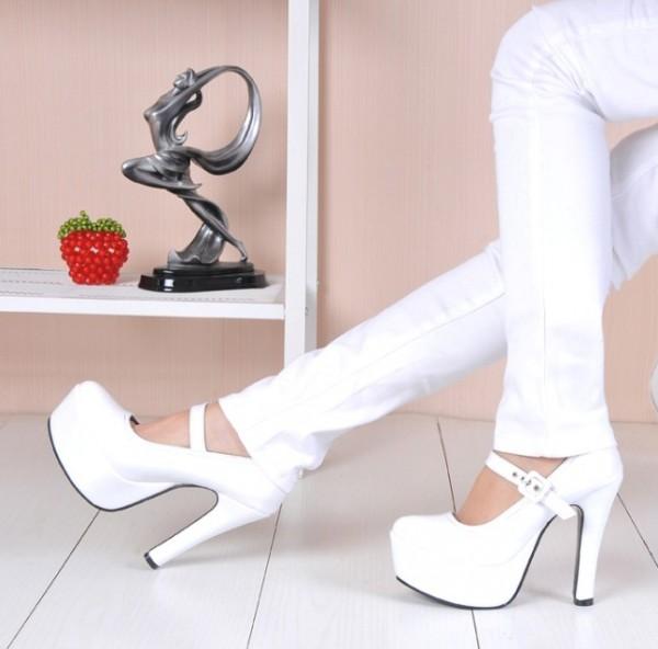 Білі туфлі — завжди актуальна класика на фото  0498417aaef35