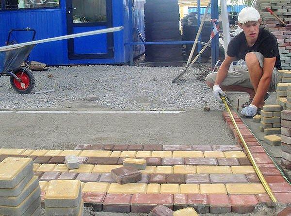 Как уложить тротуарные плиты своими руками