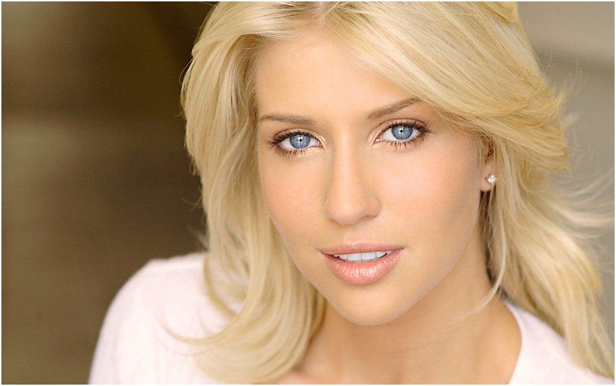 Макияж блондинки с голубыми глазами в 40 лет